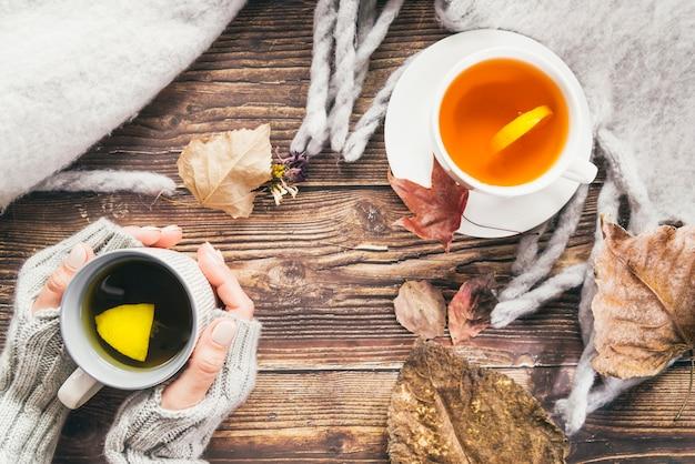 Bebidas otoñales y bufanda en mesa