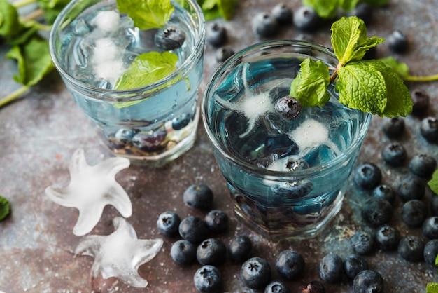 Bebidas refrescantes con arándanos, menta y hielo.