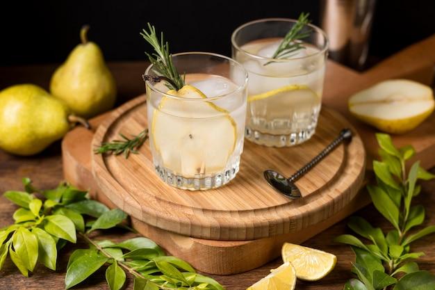 Bebidas refrescantes con cubitos de hielo sobre la mesa