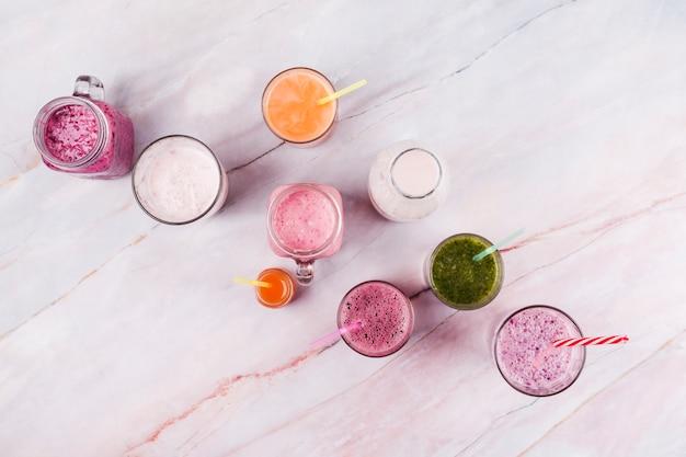 Bebidas refrescantes surtidas en mesa