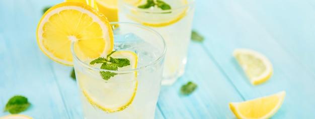 Bebidas refrescantes para el verano, jugo de limonada frío con limones frescos en rodajas