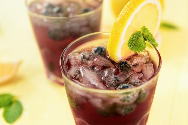 Bebidas refrescantes de zumo de limonada y arándanos para el verano.