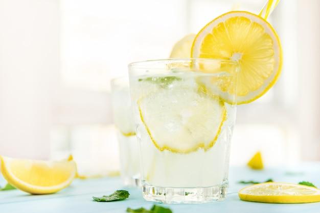 Bebidas refrescantes de zumo de limonada para el verano.