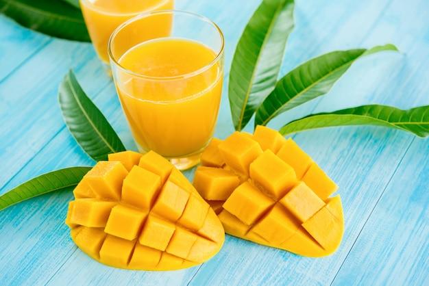 Bebidas refrescantes de zumo de mango para el verano.