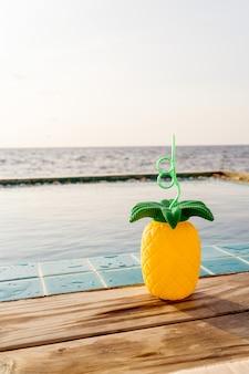 Bebidas tropicales de verano junto a la piscina