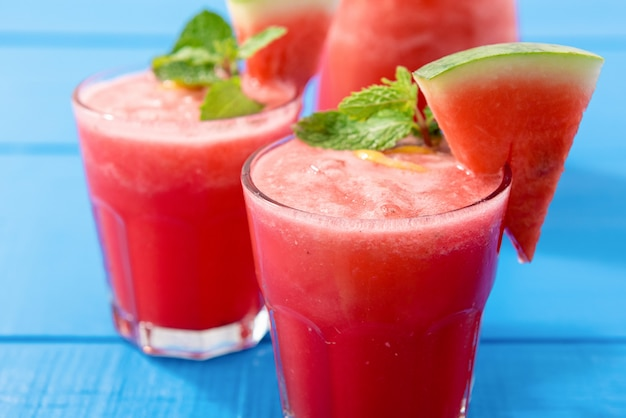 Bebidas de verano de batido de sandía tropical.