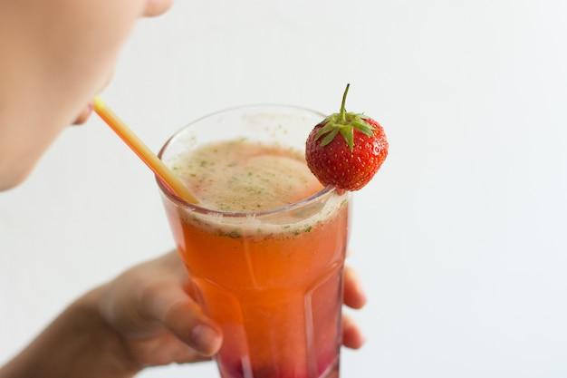 Bebiendo limonada de fresa
