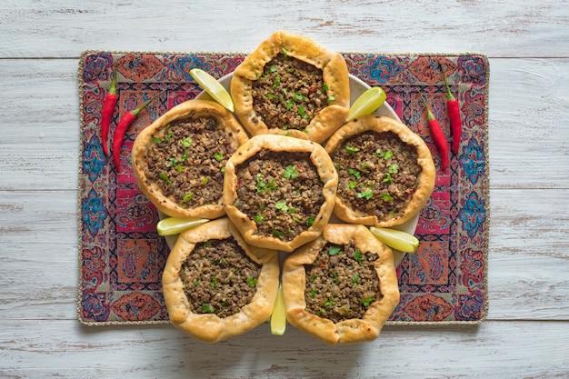 Beef mince sfiha - pastel de carne árabe abierto