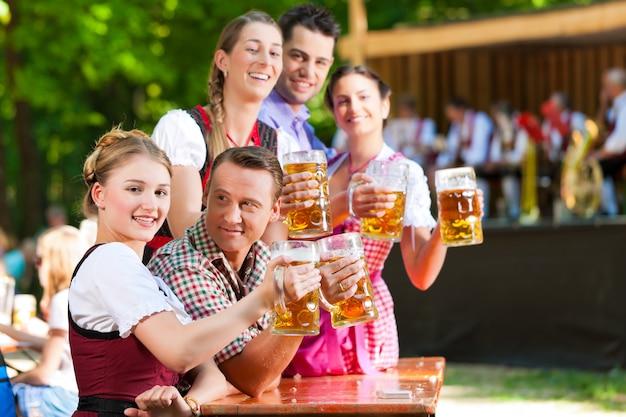 En beer garden - amigos delante de la banda