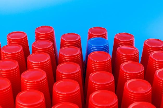 Beer pong, juego de fiesta de la universidad. vasos de plástico de color rojo y azul