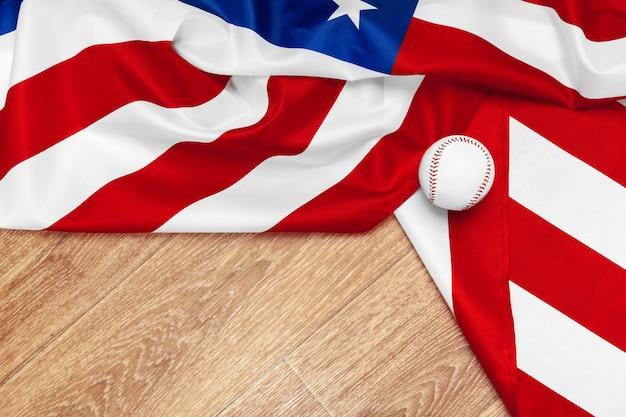 Beisbol con bandera americana