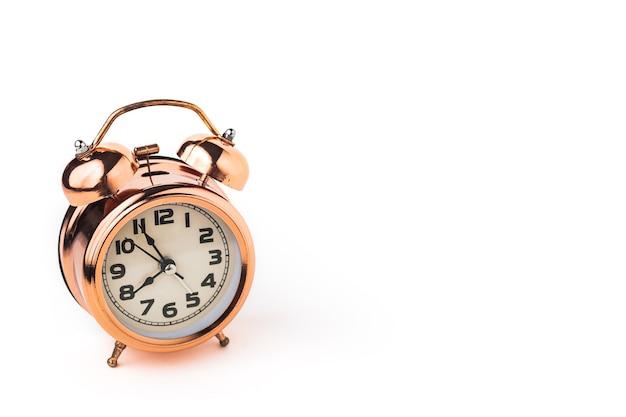 Bell despertador en blanco aislado con espacio de copia para el concepto de gestión del tiempo