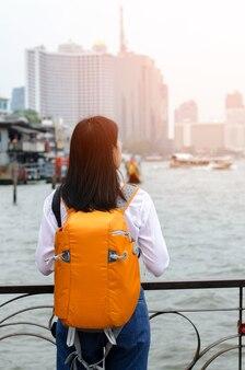 Bella asiática fotógrafo de pelo largo chica asiática con su cámara de viaje