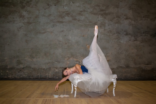 La bella bailarina posando en una larga falda blanca