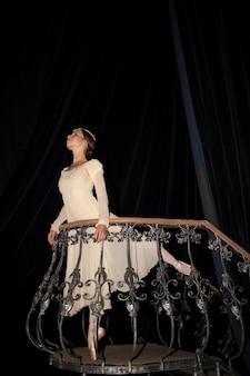 La bella bailarina posando en vestido blanco largo