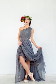 La bella bailarina posando en vestido gris largo