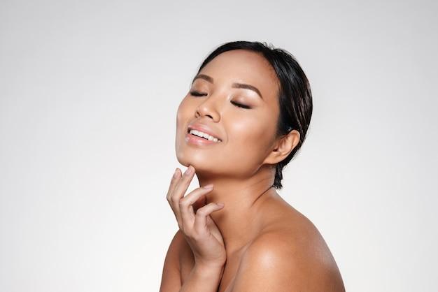 Bella dama asiática sonriente mirando a un lado