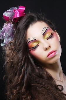 Bella dama con maquillaje artístico