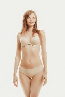 Bella modelo posando en ropa interior