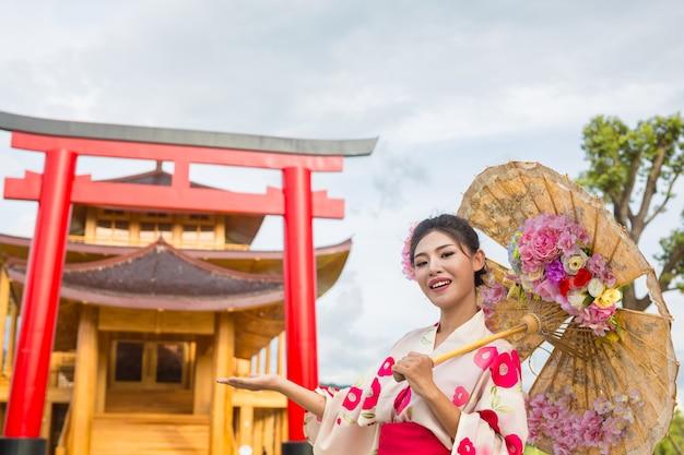Una bella mujer asiática vestida con un kimono japonés, concepto de vestido tradicional.