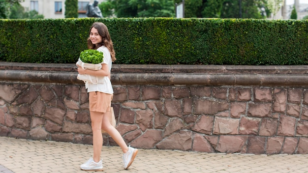 Bella mujer con bolsa de comestibles