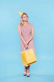 Bella mujer con bolsas de regalo
