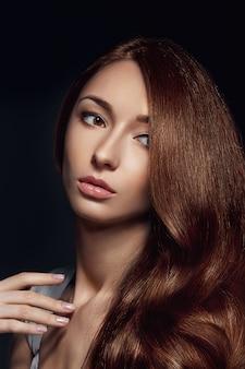 Bella mujer con cabello castaño