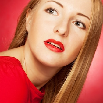 Bella mujer con cabello rubio