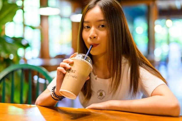 Bella mujer en una cafetería tomando café