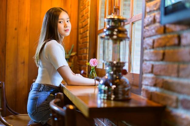 Bella mujer en una cafetería