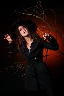 Una bella mujer con una calabaza en la mano