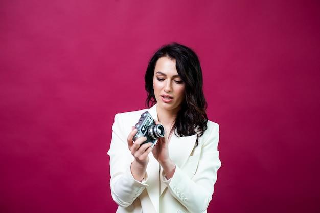 Bella mujer con cámara de fotos retro