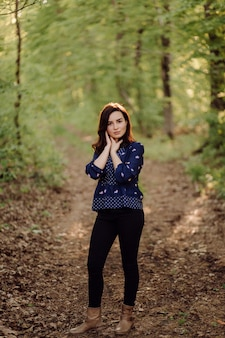 Una bella mujer caminando en el bosque