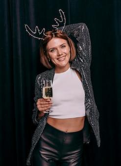 Bella mujer celebrando la víspera de año nuevo
