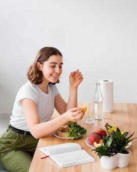 Bella mujer comiendo alimentos orgánicos