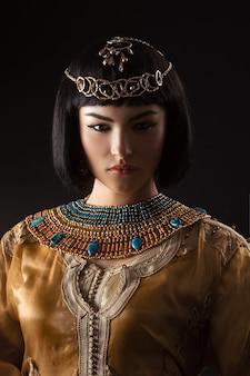 Bella mujer como la reina egipcia cleopatra
