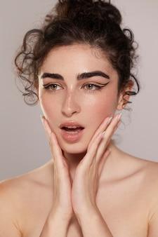 Bella mujer con delineador de ojos negro