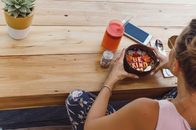 Una bella mujer desayuna en un elegante café