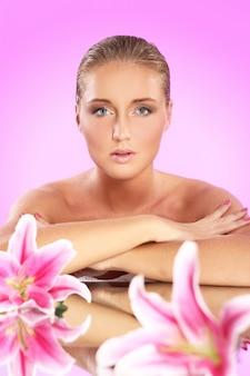 Bella mujer con flor de lirio