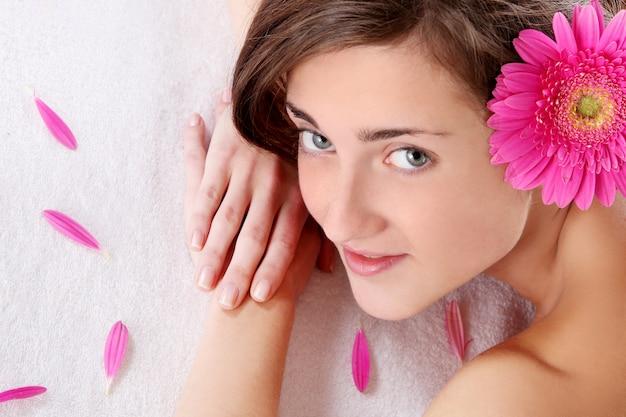 Bella mujer con flor en pelos