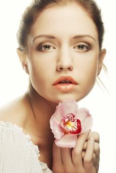Bella mujer con flor rosa