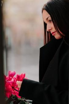 Bella mujer con flores rosas