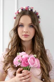 Bella mujer con flores