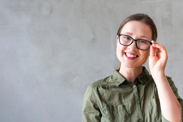 Bella mujer con gafas sonriendo