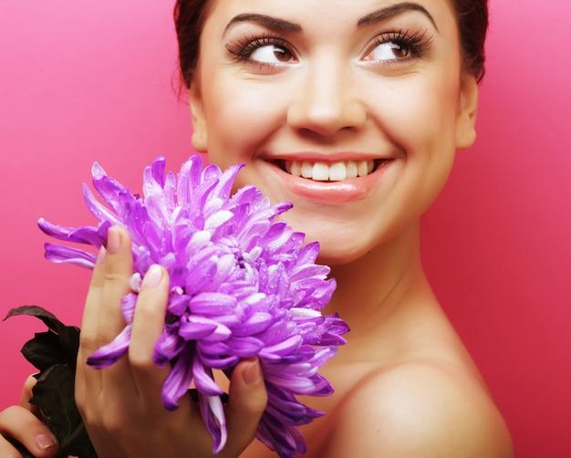 Bella mujer con gran flor morada