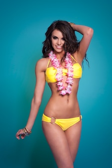 Bella mujer con guirnalda hawaiana