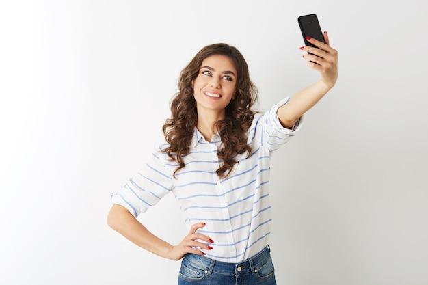 Bella mujer haciendo foto selfie en teléfono móvil, sonriendo, islolated,