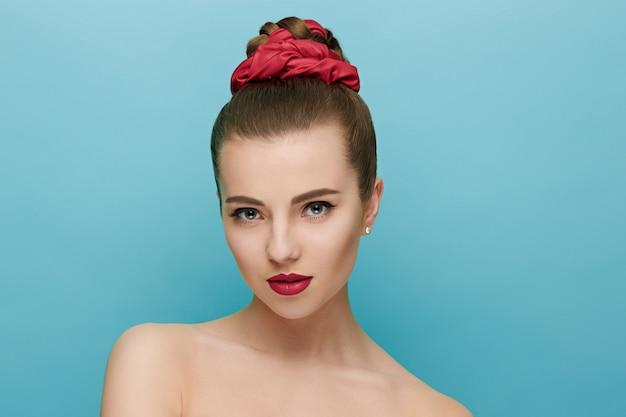 Bella mujer con labios rojos