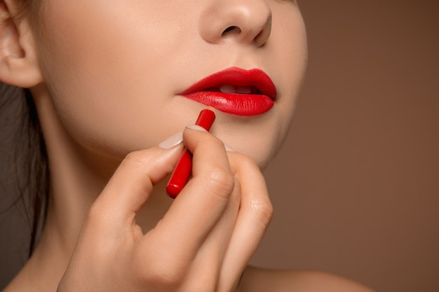 Bella mujer con lápiz labial rojo