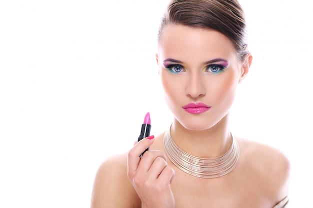 Bella mujer con lápiz labial rosa